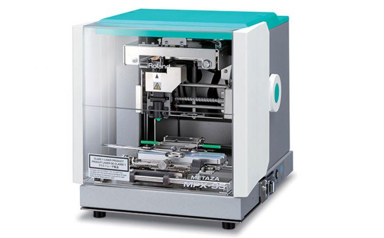 Equipamento MPX-95, da Roland DG, é usado para customização no mercado de brindes
