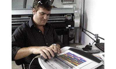Adriano executa perfil de cor na We Print, de Oliveira (MG)